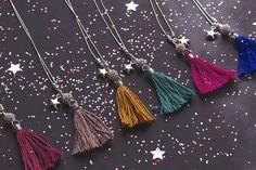 Sautoirs pompons Edmée bijoux http://edmee-bijoux.com/colliers/sautoir-pompon-nature-gris-bleu-electrique-609.html