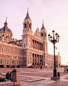 La Almudena, Madrid, España (NOMBRE COMPLETO: Santa Iglesia Catedral Metropolitana de Santa Maria la Real de la Almudena) Sacred Architecture, Historical Architecture, Madrid City, Madrid Travel, Spain Madrid, South Of Spain, Need A Vacation, Beautiful Sites, Largest Countries