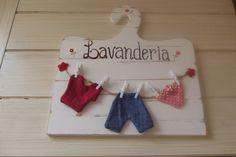 Enfeite em MDF pintado em provençal, com 22 cm de altura por 21 cm de largura. Roupinhas confeccionadas em tecido de algodão.
