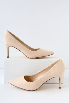 Chic shoes will make any great work outfit into a flawless look. To class up your professional wardrobe, here are 10 chic shoes to wear to your internship! Source by fashionladiesnova shoes minimal chic Walking In High Heels, Vegan Shoes, Slingback Pump, Womens Fashion For Work, Womens High Heels, Pumps Heels, Suede Pumps, Shoes Sandals, Shoes Sneakers