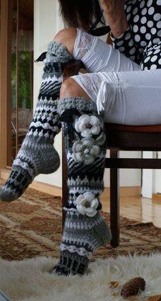 knee high socks,,no pattern, just inspiration for the colors. Gilet Crochet, Crochet Boots, Crochet Slippers, Crochet Clothes, Knit Crochet, Loom Knitting, Knitting Socks, Hand Knitting, Crochet Leg Warmers