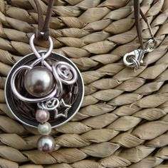 Capsule marron fil aluminium rose et perles assorties