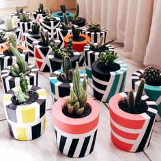 La imagen puede contener: planta Cement Flower Pots, Concrete Pots, Concrete Crafts, Concrete Design, Painted Plant Pots, Painted Flower Pots, House Plants Decor, Plant Decor, Flower Pot Design