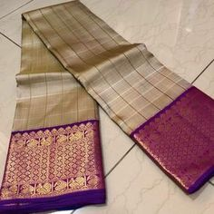 Mindblowing handwoven pure kanjivaram silk in a gorgeous shade of greyish beige purple combination with self checkered body with rich borders pallu and contrast woven blouse cost Kanjivaram Sarees Silk, Crepe Silk Sarees, Kota Silk Saree, Indian Silk Sarees, Kanchipuram Saree, Wedding Saree Blouse Designs, Saree Blouse Neck Designs, Wedding Silk Saree, Indian Wedding Wear