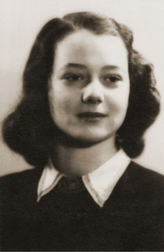 """EXCLUSIV Povestea copilei care a condus biblioteca secretă de la Auschwitz: """"După eliberare, mă simţeam pur şi simplu golită de orice emoţie"""" Orice, Anne Frank, Bergen, Reading, Deporte, Reading Books, Mountains"""