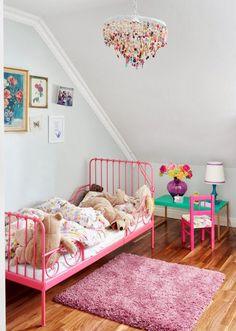 Simple & colourful chambre fille lit métal barreaux