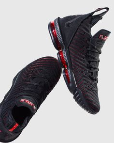 Along with the launch of the first version of the LeBron XVI, the HFR, Nike has officially unveiled LeBron James' sixteenth signature shoe. The LeBron 16 Zapatillas Nike Basketball, Zapatillas Nike Jordan, Nike Basketball Shoes, Lebron 16, Lebron James, Nike Lebron, Kd Shoes, Me Too Shoes, Moda Masculina