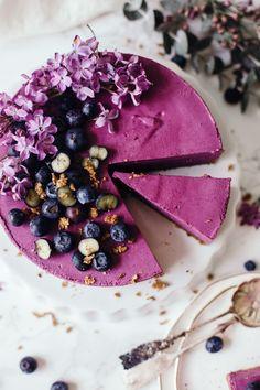 Raw Blueberry Cheesecake - Vegan World Raw Vegan Cake, Raw Vegan Desserts, Raw Cake, Köstliche Desserts, Vegan Sweets, Raw Food Recipes, Delicious Desserts, Yummy Food, Vegan Raw