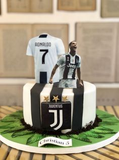 There is cut outs of Ronaldo and Ronaldo's jersey. They also use the writing tip for the name Ronaldo Birthday, Soccer Birthday Cakes, Soccer Party, Boy Birthday, Soccer Cakes, Theme Sport, Rodjendanske Torte, Birtday Cake, Pear Cake