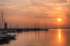 In Moniga del Garda, ganz in der Nähe von Desenzano habe ich schwimmen gelernt und als Kind unzählige Urlaube erlebt. Bei diesem Foto werden Erinnerungen und neue Sehnsucht geweckt. ♥ Danke Nico ♥ http://sumfinity.com/wp-content/uploads/2013/11/Sunrise-in-Desenzano-del-Garda-Italy.jpg