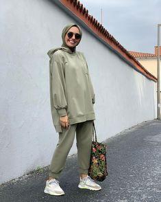 "Instagram'da Hülya Aslan: ""Tüm ülkenin rahat kıyafet ihtiyacını biz gidereceğiz bence 😎 bknz bir @qooqstore takım daha. 🕺🏻 Bu arada sizce bizim jenerasyona ne zaman…"" Modern Hijab Fashion, Street Hijab Fashion, Muslim Women Fashion, Sporty Outfits, Mode Outfits, Fashion Outfits, Hijab Sport, Casual Hijab Outfit, Muslim Girls"