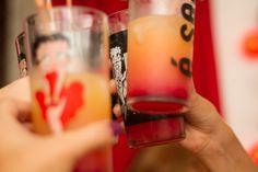Tequila Sunrise Ingredientes: - Tequila - Suco de laranja - Grenadine ou xarope de groselha - Gelo  Modo de Preparo:  Num copo longo, misture 1 dose de tequila e 4 de suco de laranja. Acrescente gelo e cerca de 1 colher de sopa de grenadine ou xarope de groselha.