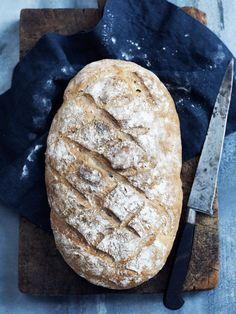 Et friskbagt grovbrød hos en god bager koster typisk over 30 kr. Hvis du bager dit brød selv, kan du holde udgiften på en flad 10'er!