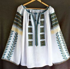 @semne cusute in actiune Folk Embroidery, Embroidery Fashion, Embroidery Stitches, Cross Stitch Needles, Crochet Baby Shoes, Folk Costume, Peasant Blouse, Cute Tops, Diy Clothes