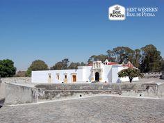 Lugares históricos. EL MEJOR HOTEL EN PUEBLA. El acceso a los fuertes de Loreto y Guadalupe, es precedido por un espléndido arco sobreviviente de los que custodiaron la entrada a la Angelópolis. En la cara sur del arco se observa el escudo de la ciudad y en el remate, el arcángel San Miguel, patrono de la misma. En Best Western Real de Puebla, le invitamos a hospedarse con nosotros y conocer los sitios históricos de nuestro estado. #bestwesternenpuebla