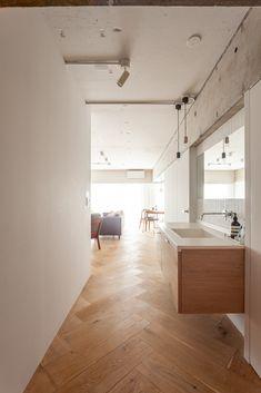 洗面台は通路(廊下)に出したことで、来客も使いやすくなります。スペースも省けます。 フローリングに合わせて、キャビネット部分はオーク材に。 #I様邸検見川浜 #洗面台 #コーリアン #人工大理石 #ホワイトオーク #フローリング #インテリア #EcoDeco #エコデコ #リノベーション #renovation #東京 #福岡 #福岡リノベーション #福岡設計事務所 Washroom, Room Interior, Condo, House Plans, Bathtub, House Design, Kitchen, Rooms, Standing Bath