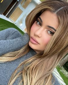 Makeup-free Kylie Jenner looks unrecognizable as she pays a visit to BFF Stassie's house Kylie Jenner Hair Brown, Look Kylie Jenner, Kylie Hair, Kylie Jenner Icons, Kyle Jenner, Beauté Blonde, Honey Blonde Hair, Balayage Hair Blonde, Honey Brown Hair