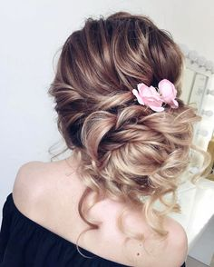 Beautiful loose updo wedding hairstyles perfect for any wedding venue - This stunning wedding hairstyle for long hair is perfect for wedding day