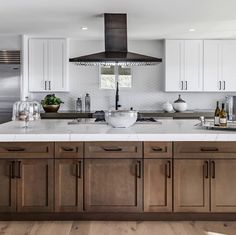 6 ideas for choosing or relooking your kitchen credenza - My Romodel Kitchen Credenza, Island With Stove, Kitchen Vent Hood, Kitchen Vent, Kitchen Remodel, Modern Kitchen, Small Space Kitchen, Kitchen Island With Seating, Kitchen Design