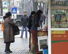 Un tânăr de 28 de ani, din judetul Iaşi, a împarţit, în Botoşani, amenzi!    Când vine vorba de ilegalităţi, românii noştri sunt cei mai ingenioşi.  Aşa a procedat un tânăr de 28 de ani, din judeţul Iaşi, care s-a dat drept poliţist şi a înşelat mai multe vânzătoare din municipiul Botoşani. Mai