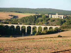 Le château et le village de Druyes les Belles Fontaines