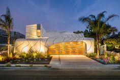 L'artiste et architecte Mario Romano a terminé 'The Wave House', une maison située à Venice, en Californie, qui dispose d'une étonnante enveloppe blanche et ondulante (d'où son nom) en aluminium.  De nombreux éléments originaux et créatifs peuvent être trouvés dans toute la maison, comme la conception de la porte d'entrée pivotante en bois. Une partie de la maison s'enroule autour de la piscine et de nombreux espaces intérieurs s'ouvrent sur l'extérieur. On retrouve à une extrémité de la...
