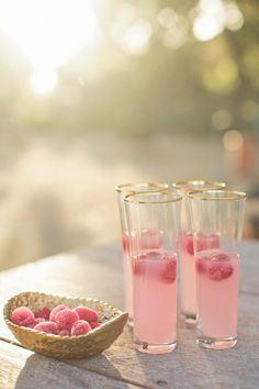 Weddings are wonderful events where many parties, showers, and receptions call for a few elegant drinks. Some couples like to personalize their wedding drink menu by creating a few signature drinks. Cocktails Champagne, Cocktail Drinks, Cocktail Recipes, Raspberry Cocktail, Pink Champagne, Drink Bar, Food And Drink, Party Drinks, Tea Party
