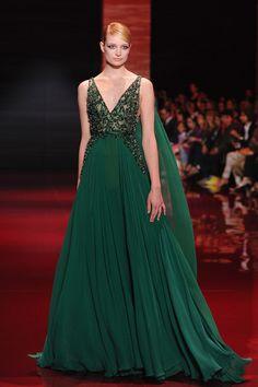Ou vous pouvez essayer cette robe parfaitement ornée de perles d'Elie Saab. | 21 robes de mariée magiques qui vont vous envoûter