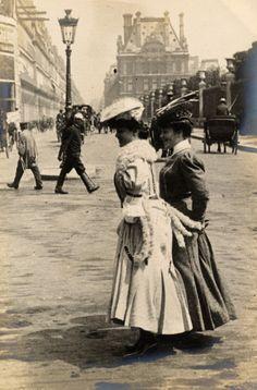 Paris, 3 juin 1906, rue de Rivoli. Cette rue était à deux sens à cette époque.