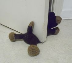 Ravelry: Doggie Door Prop A Crochet Pattern pattern by Carla Scull free pattern crochet. I think I could use the same Idea to do a cat door prop! Crochet Home, Diy Crochet, Crochet Crafts, Crochet Dolls, Amigurumi Patterns, Knitting Patterns, Crochet Patterns, Yarn Projects, Crochet Projects