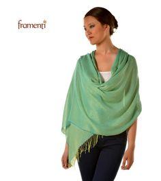 Protégete del frío y reinventa tu look con una chalina de color tornasol. Más diseños aquí: http://framenti.com