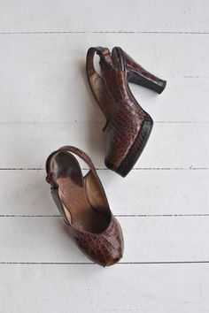 Vintage 1940s brown snakeskin platforms with peeptoe and back ankle strap. ✂-----Measurements fits like: us 6.5 | euro 37 | uk 4.5 insole: 9.5 ball: 3 heel: 3.5 with 1 ball platform brand/maker: The Marquise Originals condition: excellent ➸ more vintage footwear http://www.etsy.com/shop/DearGolden?section_id=5800174 ➸ visit the shop http://www.DearGolden.etsy.com _____________________ ➸ blog | www.deargolden.com ➸ twitter | deargolden ➸ facebook.com | deargolden
