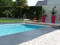 Après : une agréable piscine entourée de béton lisse