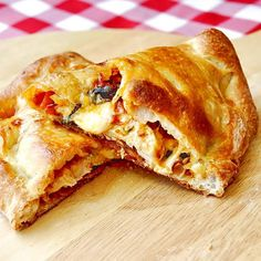 Roasted Tomato and Chicken Calzones. Roasted Tomato jam grilled chicken 3 cheeses kalamata olives and more in an outstanding calzone. Dash Diet Recipes, Rock Recipes, Great Recipes, Favorite Recipes, Yummy Recipes, Chicken Calzone, Grilled Chicken, Salsa Barbacoa Casera, Tomato Jam