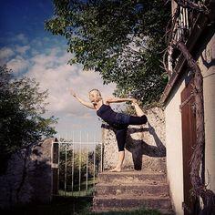 Enjoying the autumn sunshine #dancerpose #hatha #sivananda #yogaeveryday #yoga #frenchlife #outdoorliving