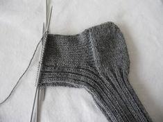 Strikkeoppskrift for dummies: raggsokker/ullsokker – Mellom himmelen og havet Chrochet, Knit Crochet, Slipper Boots, Knit Picks, Knitting Socks, Knitting Projects, Handicraft, Mittens, Needlework