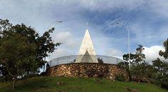 A pequena capela Ermida Dom Bosco tem projeto de Oscar Niemeyer e a fama de ser inaugurada ainda em 1957, antes de todas as outras construções que são símbolo de Brasília | Crédito: Roberto Jayme - UOL