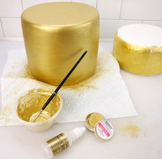 How to paint a cake super gold cake craft world news Cake Decorating Techniques, Cake Decorating Tutorials, Cookie Decorating, Cake Decorating Icing, Cake Icing, Fondant Cakes, Cupcake Cakes, Art Cupcakes, Fondant Cake Tutorial