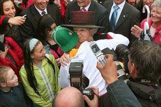 Hare Majesteit Koningin Beatrix brengt op 27 september 2005 ter gelegenheid van haar 25-jarig regeringsjubilieum, een bezoek aan de provincie Flevoland. De beroemde hug van rapper Ali B. op het voorplein van Nieuw Land. Bron: Fotocollectie Nieuw Land. Fotostudio Wierd.