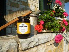 Στα όρη του Βάλτου, στη νότια Πίνδο, συλλέγουμε το μέλι καστανιάς και βελανιδιάς (δασόμελο) κατά τους καλοκαιρινούς μήνες. Από τις μελιτώδεις εκκρίσεις της βελανιδιάς, σε συνδυασμό με τις νεκταροεκκρίσεις της καστανιάς προκύπτει ένα πολύ σκοτεινό, σχεδόν μαύρο παχύρρευστο μέλι.