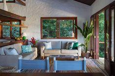 Sofás Fernando Jaeguer Off White com almofadas coloridas e tapete Kilim da by Kamy dão ao décor da casa de praia um ar despojado e descontraído. #casadepraia #casa #decor #decoração