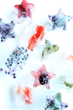 Pretty and easy ideas on how to spruce up those boring ice cubes. Edible flowers and fresh herbs can be a nice addition to holiday drinks or just a quiet time for yourself. (Make sure none of these additions have not been sprayed with pesticides! Holiday Drinks, Summer Drinks, Flower Ice Cubes, Flavored Ice Cubes, Freezing Fruit, Alisa Burke, Fruit Ice, Coconut Cupcakes, Foods With Gluten