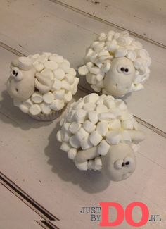 The wool is made out of mini marshmallows. Cute for a kids party. Birthday Treats, Party Treats, Diy Birthday, Party Cakes, Sheep Cupcakes, Love Cupcakes, Cupcake Cookies, Cheese Tarts, Weird Food