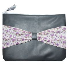 Grijs leren sleeve met wit met paarse bloemetjes strik.