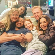 Sarah Drew gifted Grey's Anatomy fans with a bunch of behind-the-scenes photos from her final episode of the ABC drama Greys Anatomy April, Greys Anatomy Funny, Greys Anatomy Cast, Greys Anatomy Shooting, Greys Anatomy Gifts, Sarah Drew, Owen Hunt, Derek Shepherd, Amelia Shepherd
