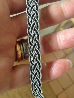 8trådar+ silkes tråd....monteras & sys på svart  renskinn. Knapp i renhorn.
