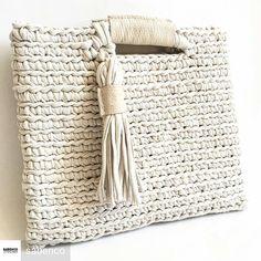 Genteeeee olha que coisa mais linda esta bolsa feita por @sabenco gorgeous, perfect divina , chique!#criatividade #artesanato #feitoamao #criativo #crochet #handmade #fioecologico #fiodemalha #hand #crochetlovers #trapillo #white