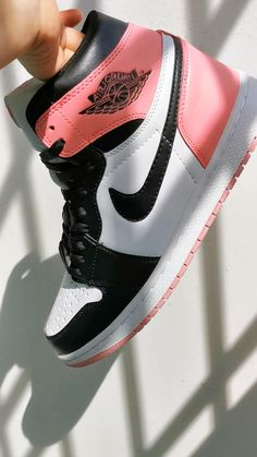Pink Nike Shoes, Nike Air Shoes, Nike Shoes Outlet, Jordan Shoes Girls, Girls Shoes, Cute Sneakers, Shoes Sneakers, Souliers Nike, Sneakers Fashion