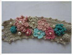 Pulseira de crochê - manguito crochê, flores de crochê, pérolas, pulseira de declaração