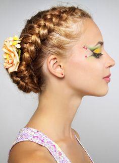 Geflochtener Dutt mit Haarkranz - weitere Frisuren: www.ihr-wellness-magazin.de